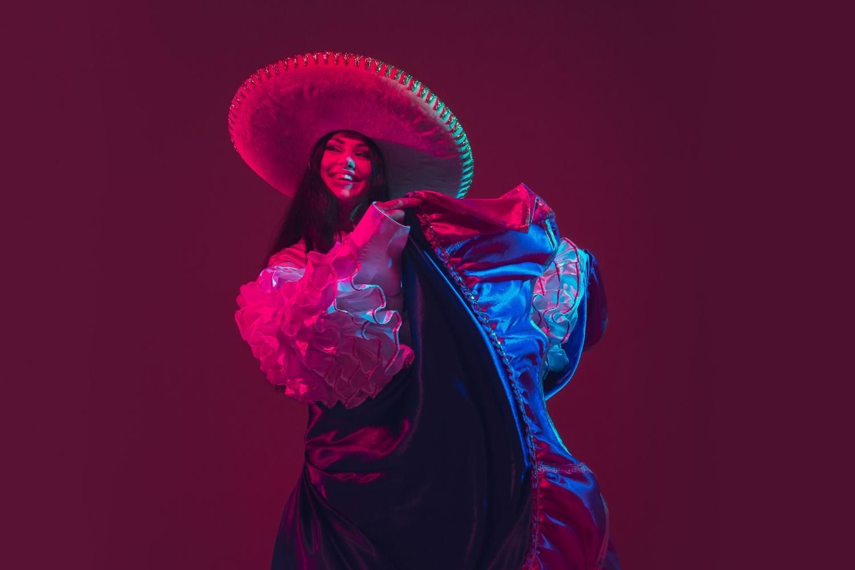 mujer bailando fiestas y tradiciones México
