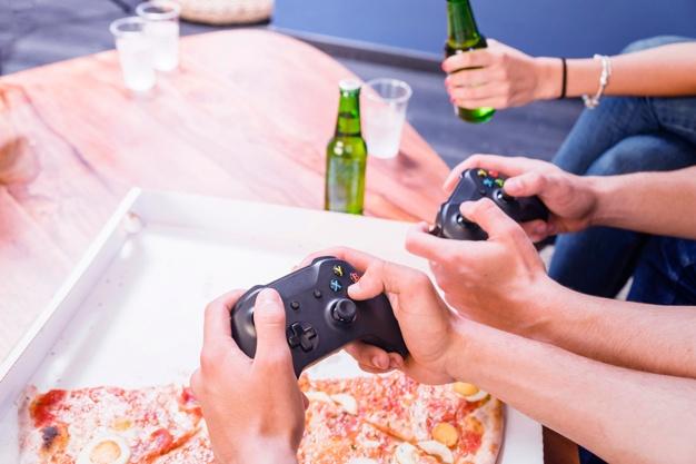 Amigos en una reunión para jugar videojuegos