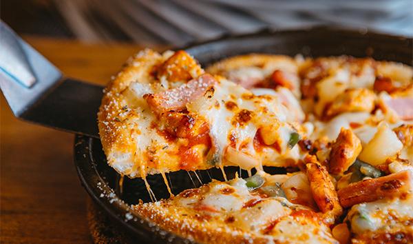 La pizza es una de las comidas más populares del mundo.