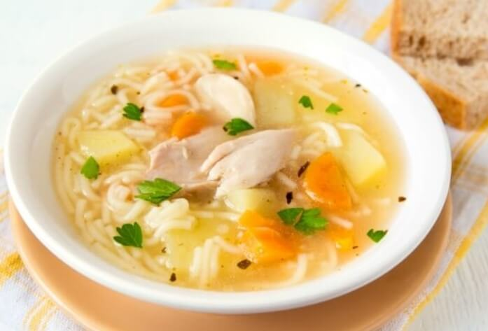 plato de caldo de pollo