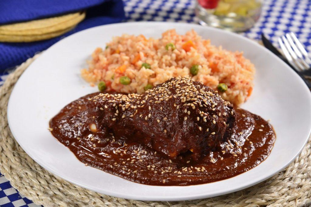 mole rojo con pollo ya arroz