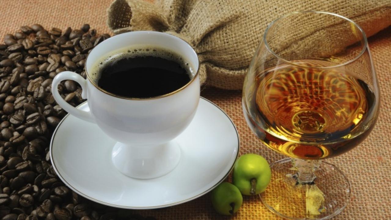 copa de whisky y taza de café