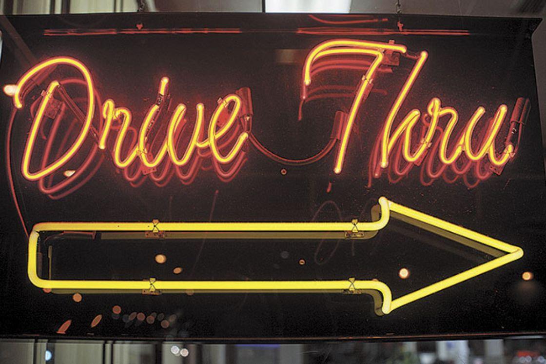 letrero drive thru neon