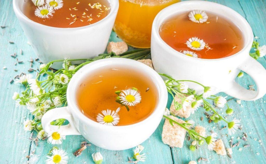 tazas con té de manzanilla