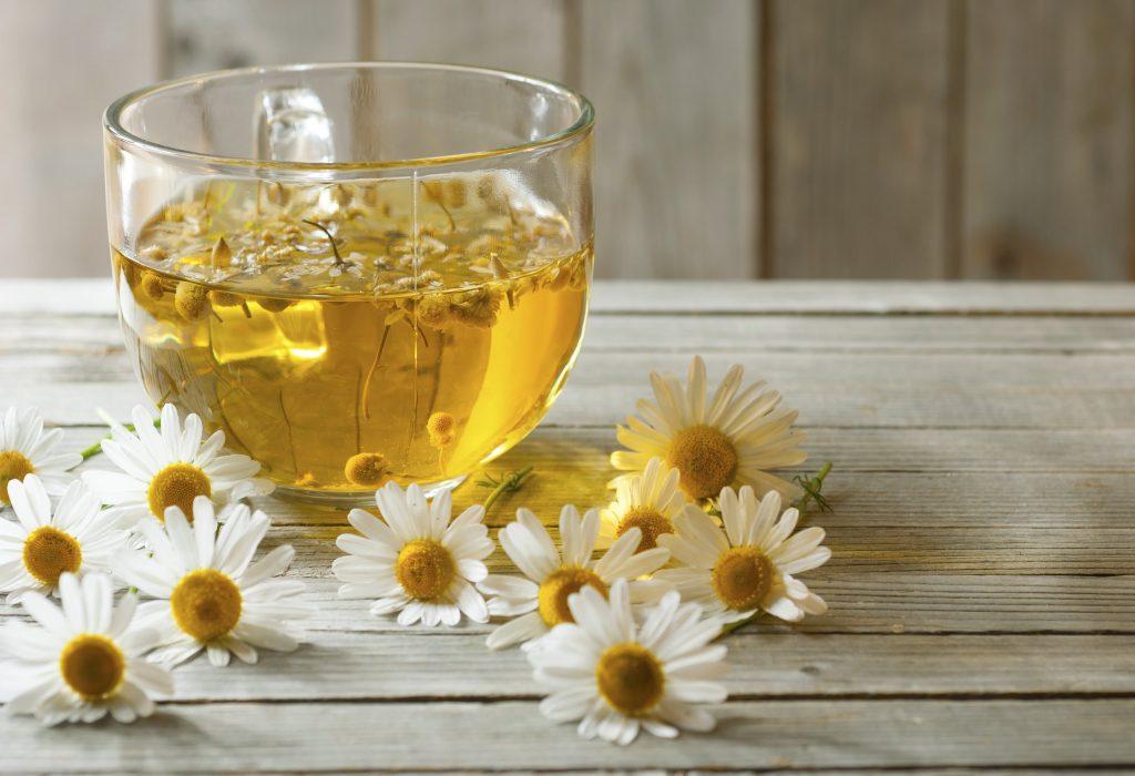 vaso de té de manzanilla