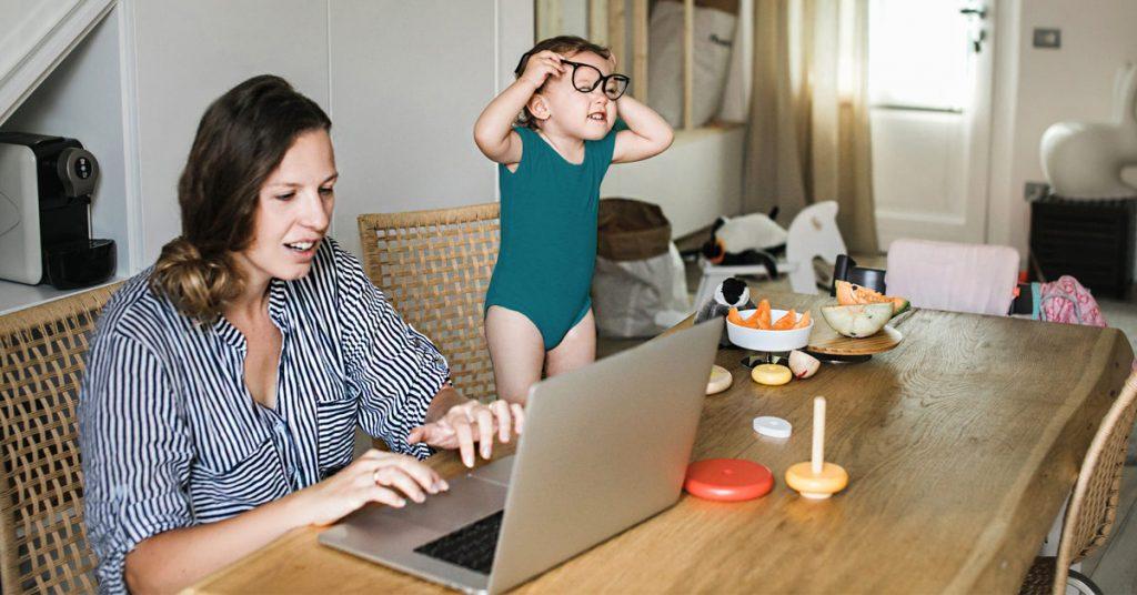 Mujer haciendo Home Office cuidando a un bebé