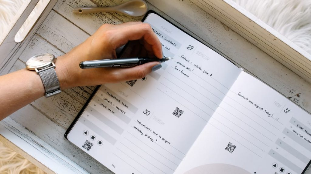 Persona organizando su planificador