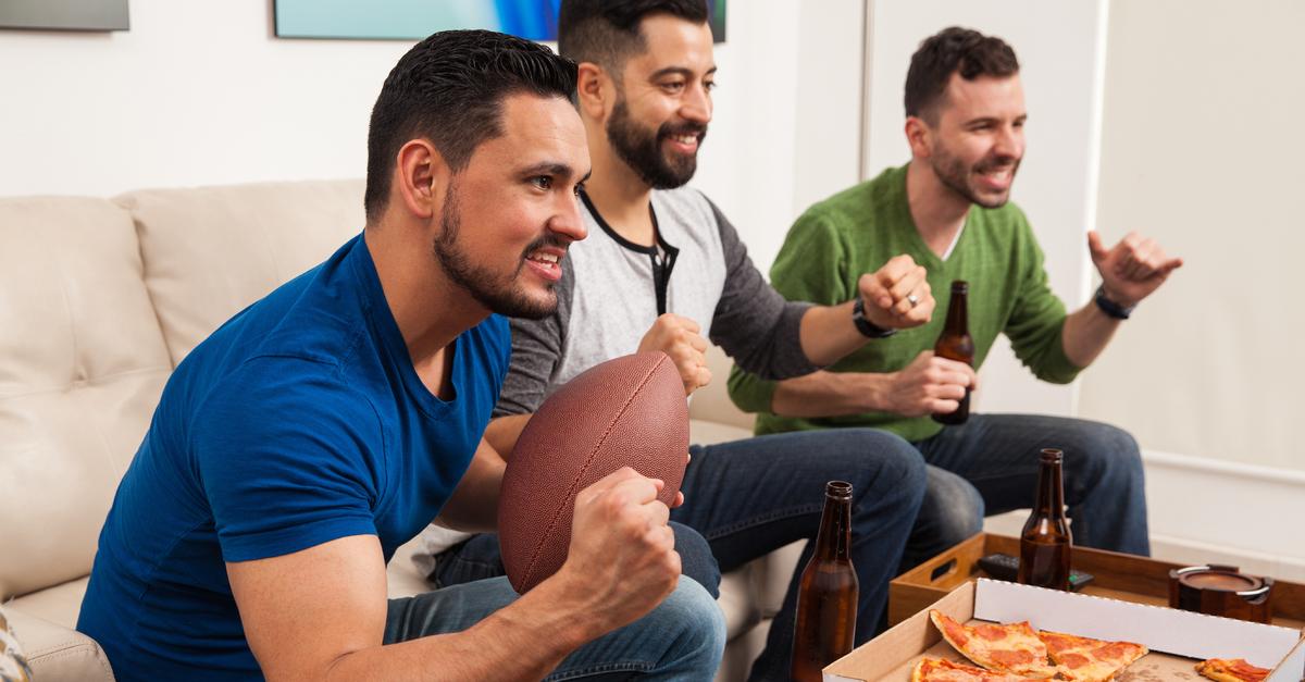 3 hombres reunidos para ver partidos