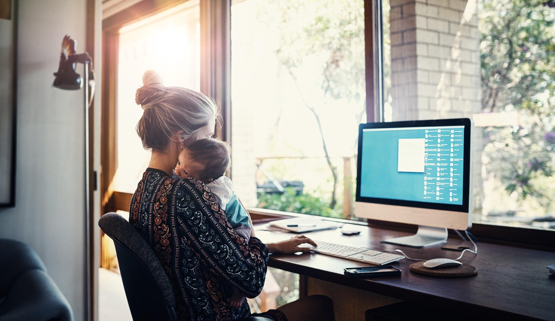 Mujer trabajando en casa con bebé