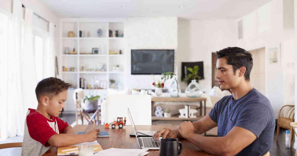 Papá le enseña a su hijo cómo trabajar en casa